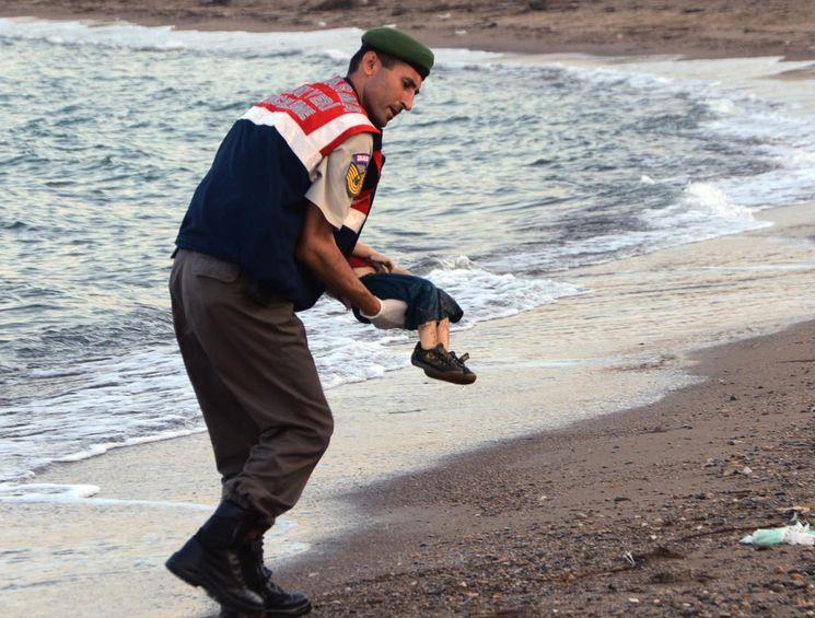 Aylan Kurdi utonulĂ˝ uprchlĂk z 3.9.2015