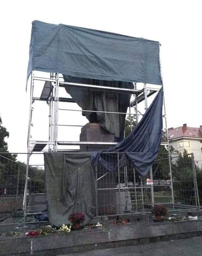 pomník maršála Koněva v Dejvicích pondělí 2.9. ráno