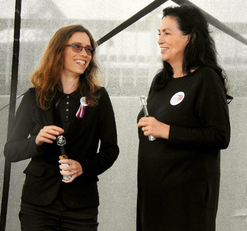 Hana Lipovská a Jana Bobošíková při křestu knihy Lubomíra Volného na Letné 28. srpna 2021