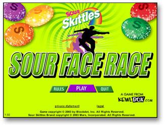 nálepka hry sour skittles, hráči na skateboardu kličkují mezi kuželkami