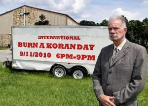 Terry Jones před kostelem a přívěsem plným koránů
