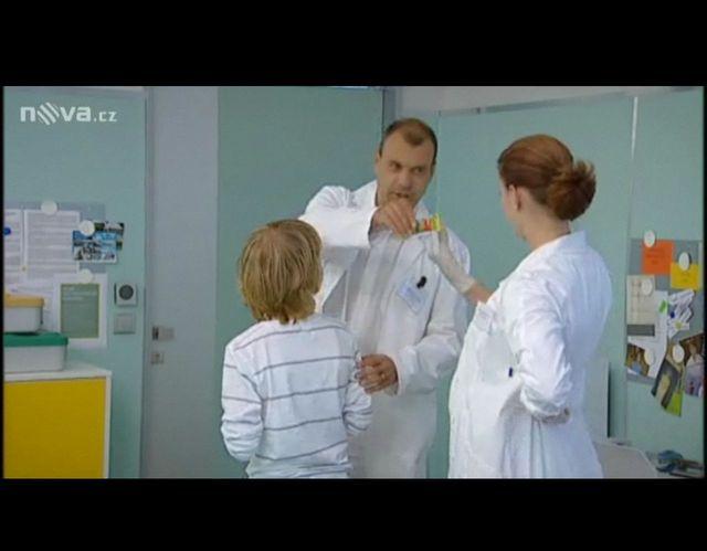 energetická tyčinka, zmíněná v dialogu, lékař ji předává kolegyním